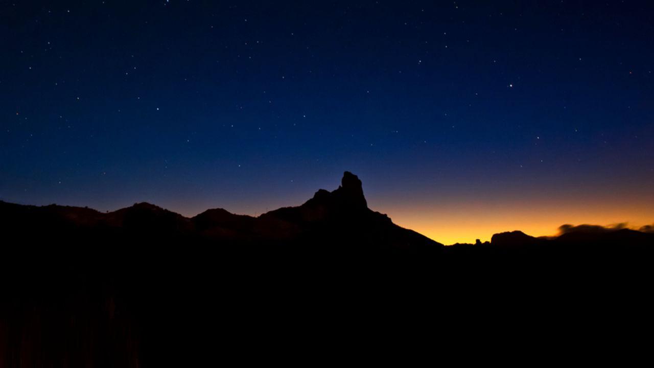 Roque Bentayga con cielo estrellado