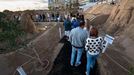 Eine Gruppe von Menschen besucht die Sandkrippe am Strand von Las Canteras