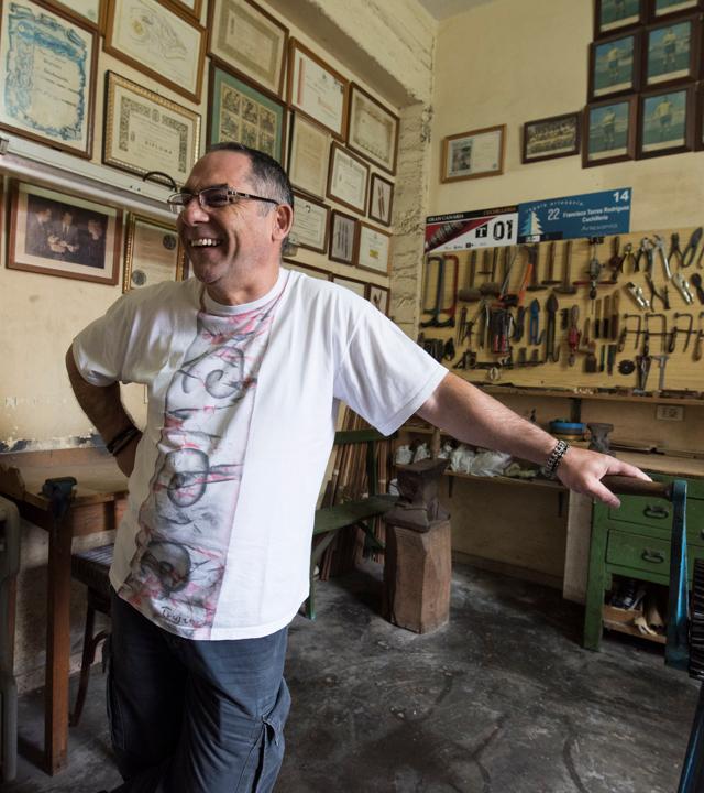 Francisco Torres en su taller