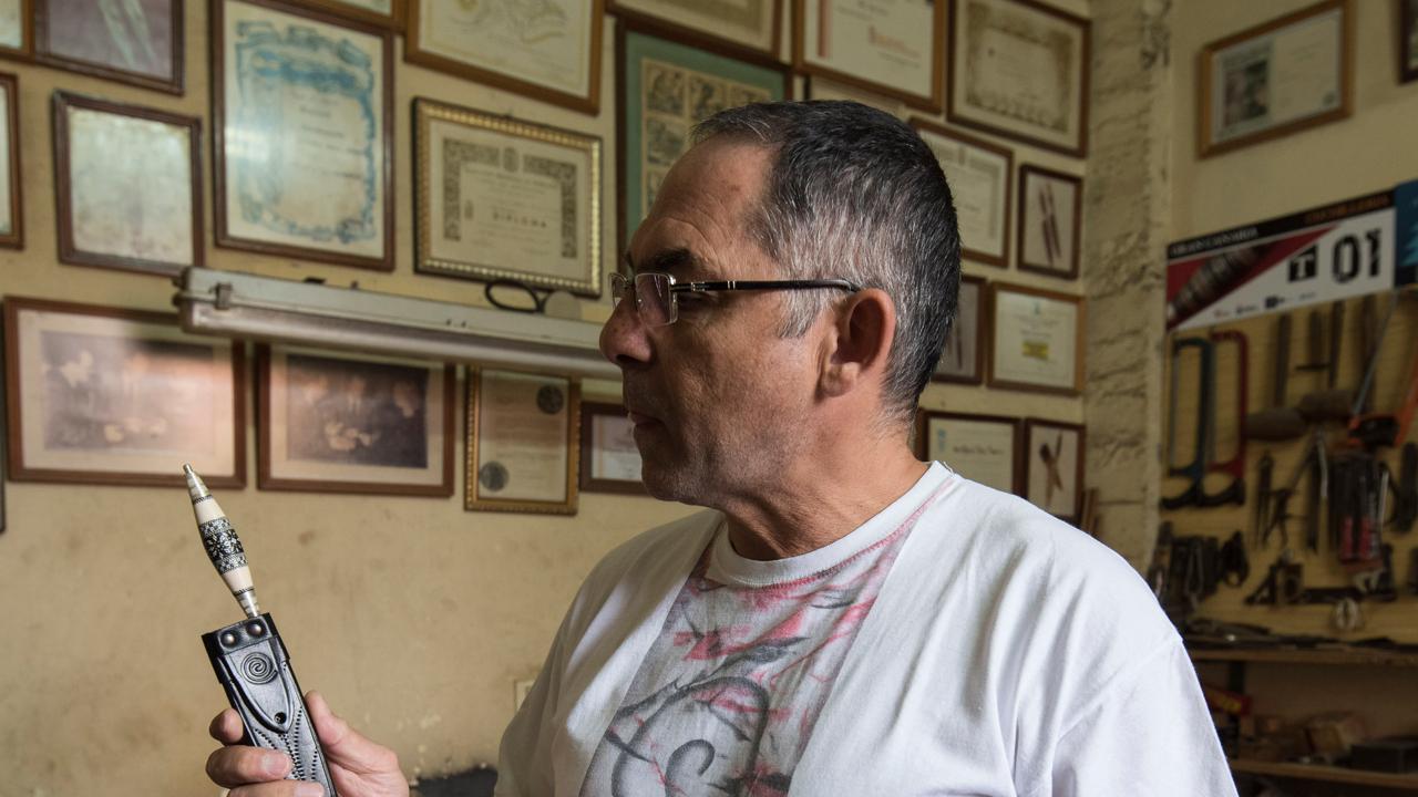 Francisco Torres, artesano del cuchillo canario en su taller