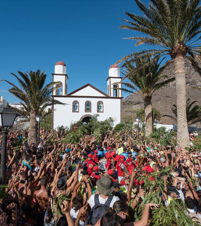 Celebración de La Rama junto a la Ermita de Ntra. Sra. de las Nieves, en Agaete, Gran Canaria
