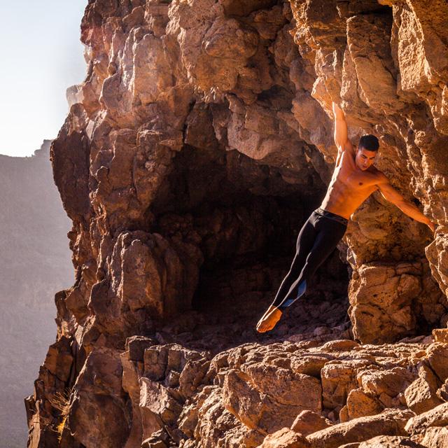 Saulo Sarmiento realiza acrobacias en el entorno de La Fortaleza, en Santa Lucía