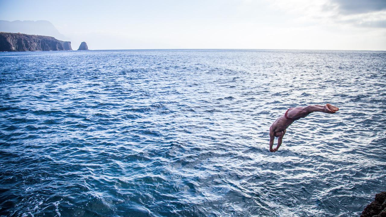 Saulo Sarmiento se lanza al mar en la Costa Norte de Gran Canaria