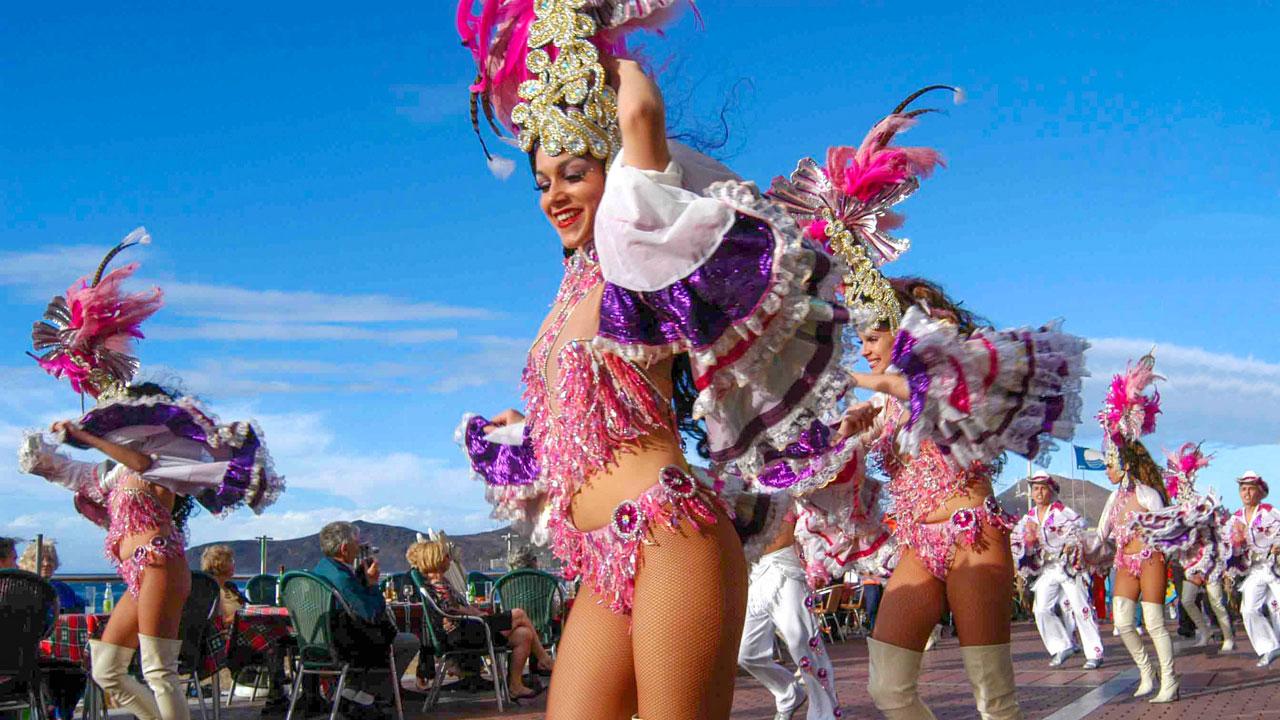"""Carnival """"comparsa"""" dancing troupe. Las Canteras Avenue"""
