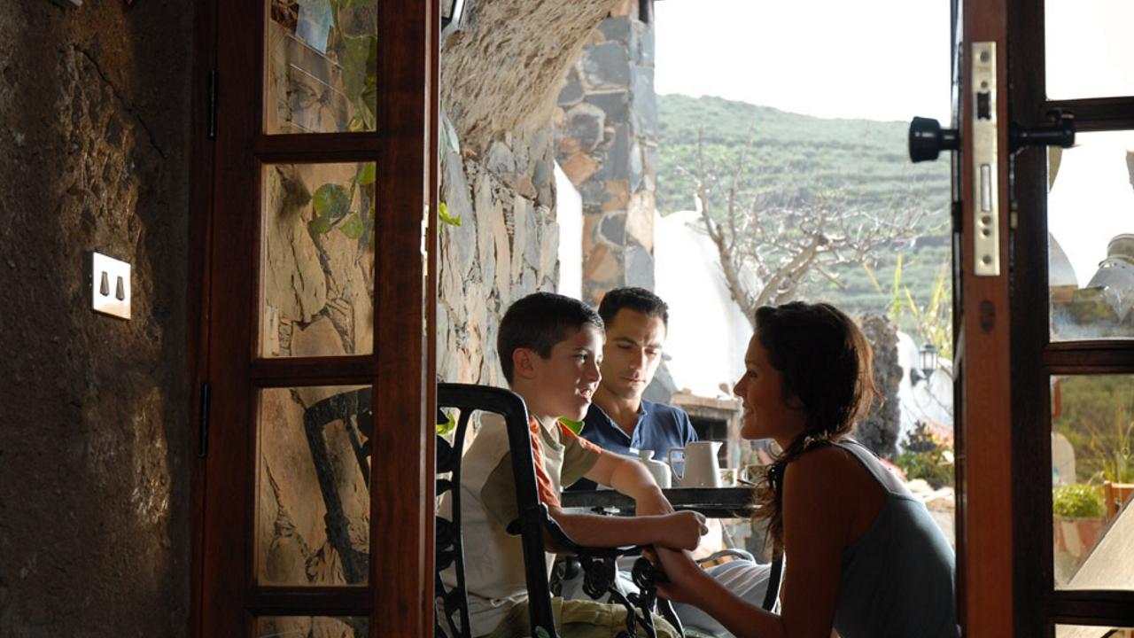 Una familia disfruta de su estancia en una casa cueva en Gran Canaria