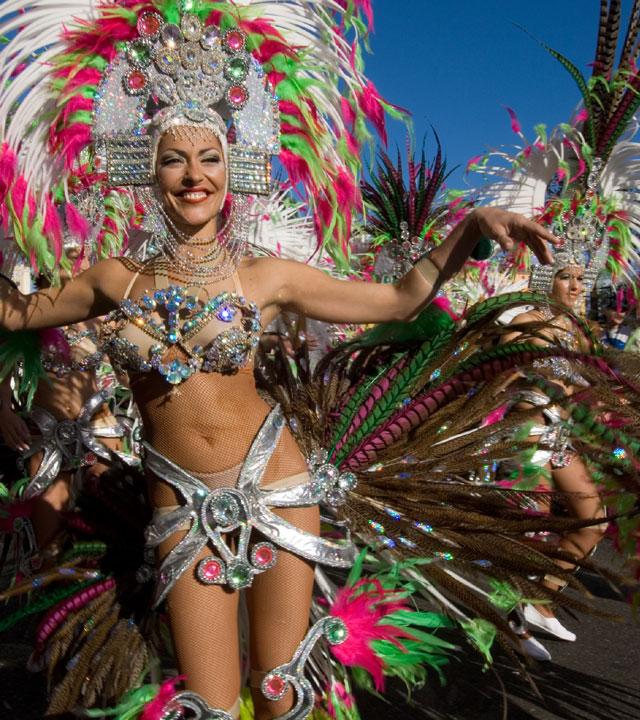 Gruppen von Tänzern und Musikern beim Karneval