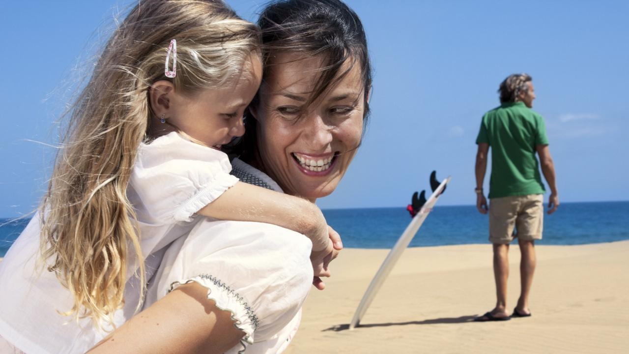 Una familia disfruta del día en Maspalomas, Gran Canaria