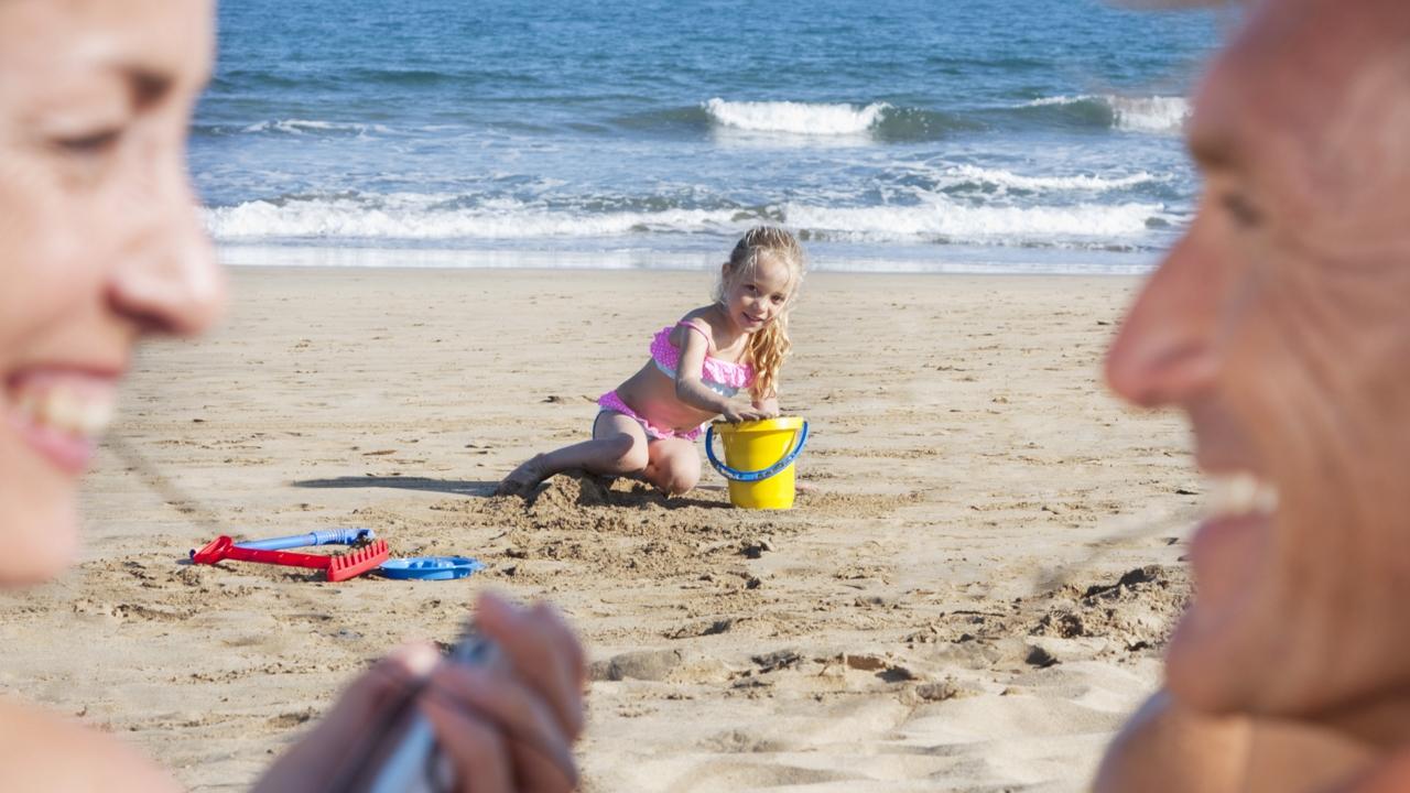 Una familia disfruta de un día de playa en la isla de Gran Canaria