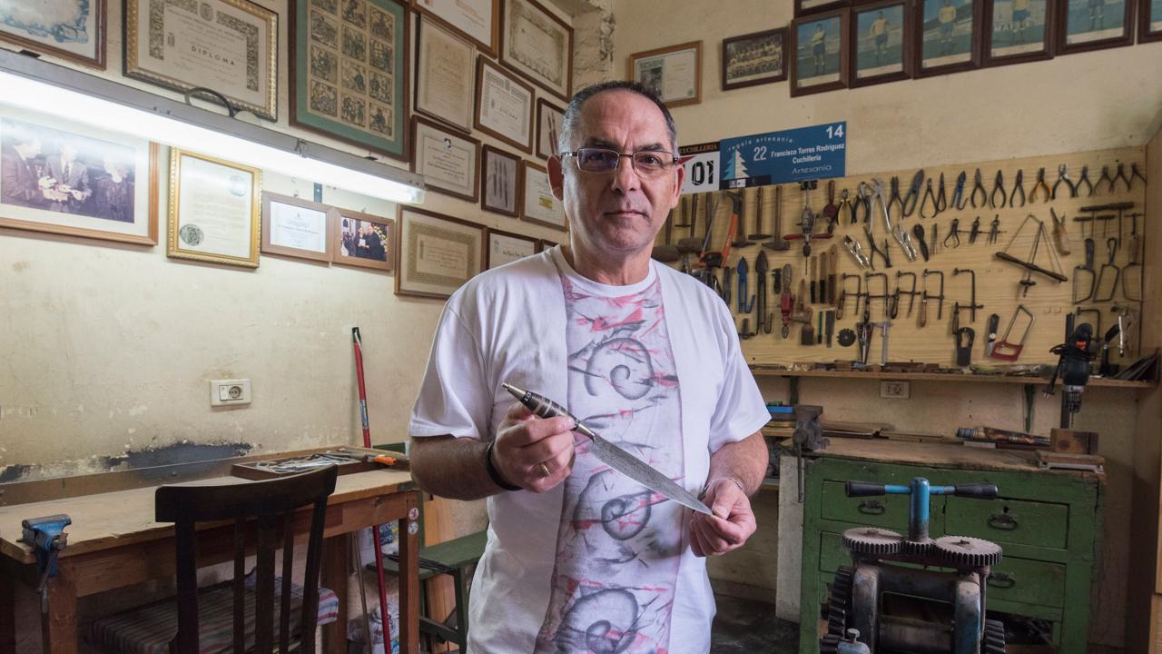 Francisco Torres muestra uno de sus cuchillos canarios