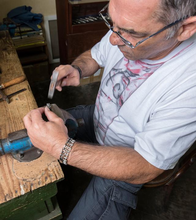 Francisco Torres trabajando en su taller