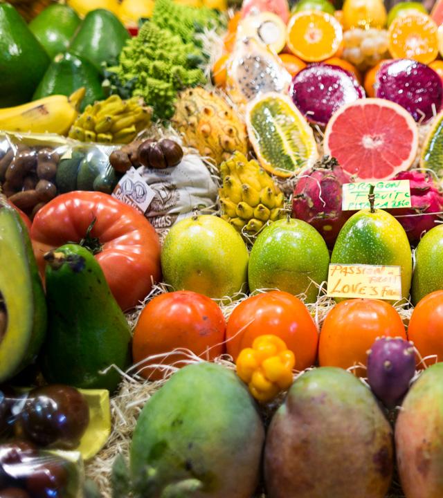 Fruta variada en el puesto de un mercado de la isla de Gran Canaria