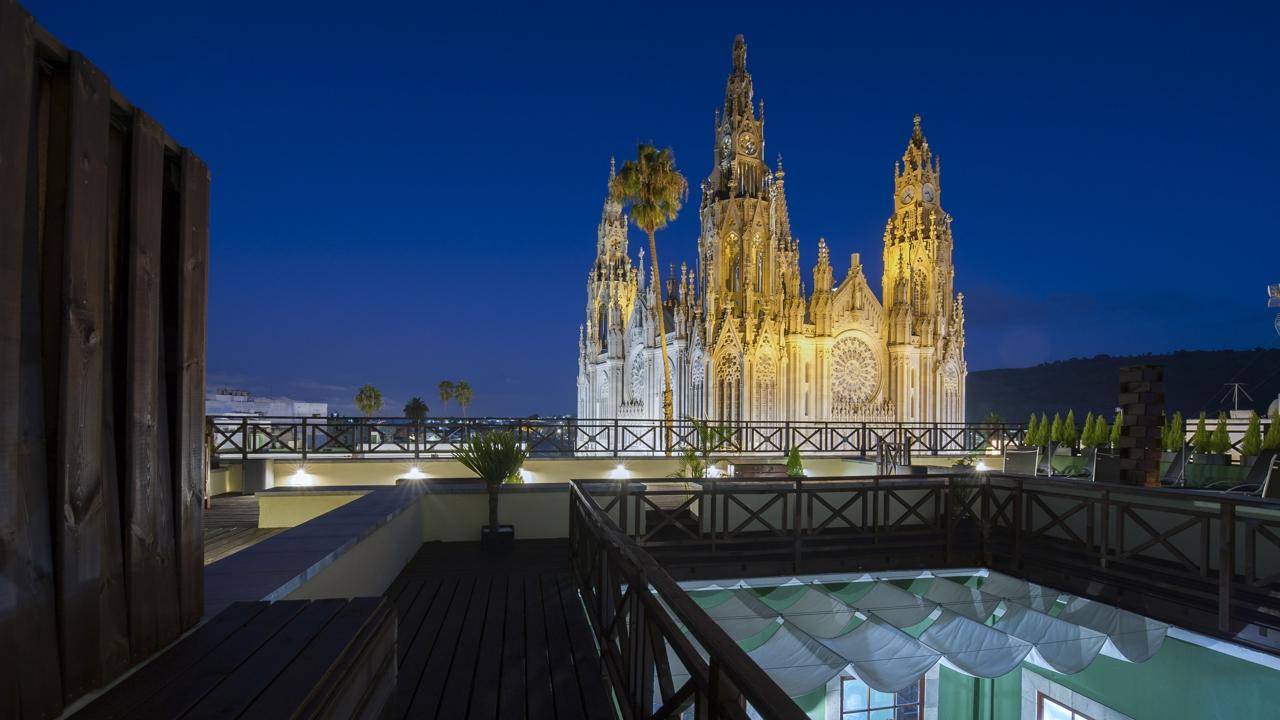 Vista de la Iglesia Parroquial de San Juan Bautista de noche