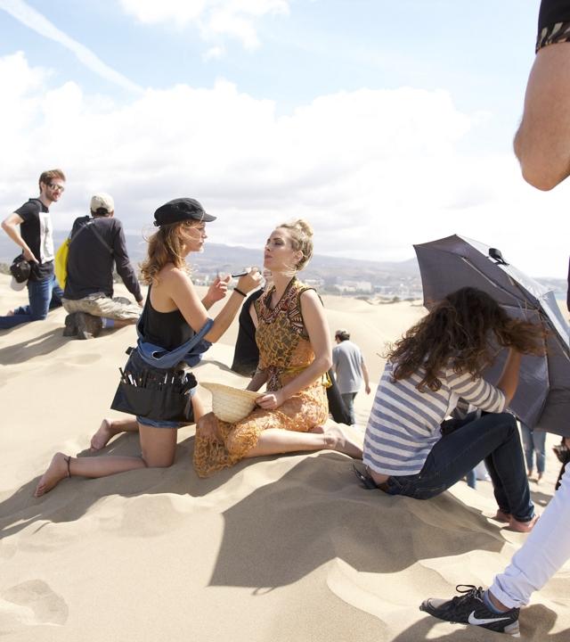 Kira Miró siendo maquillada en las Dunas de Maspalomas