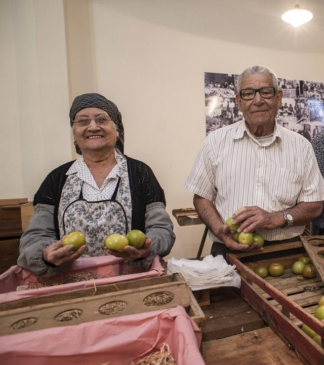 Dos personas de La Aldea de San Nicolás recuerdan el trabajo en el antiguo almacén de empaquetado de tomates