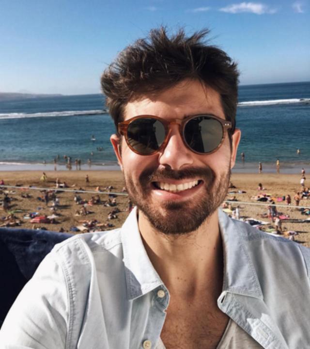 Fran Guzmán posa sonriente con la Playa de Las Canteras al fondo