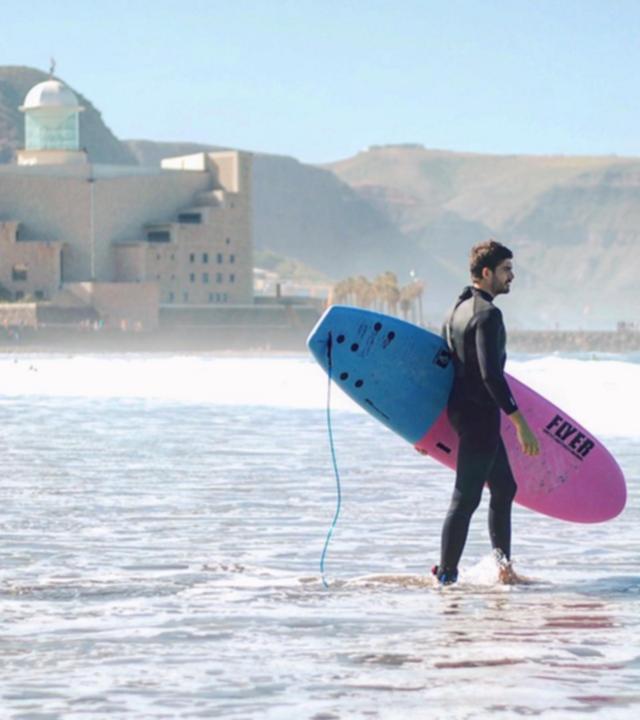 Fran Guzmán preparado para surfear en La Cicer, Las Canteras