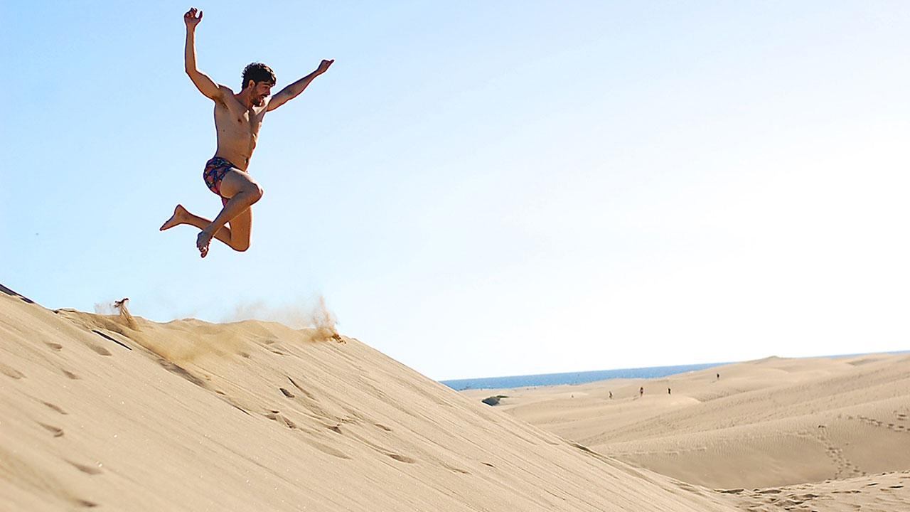 Fran Guzmán salta en las Dunas de Maspalomas