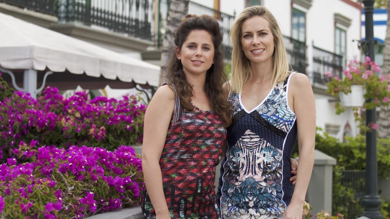Leticia Etala y Kira Miró posan en el Puerto de Mogán