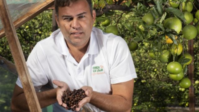 Victor mostrando granos de café