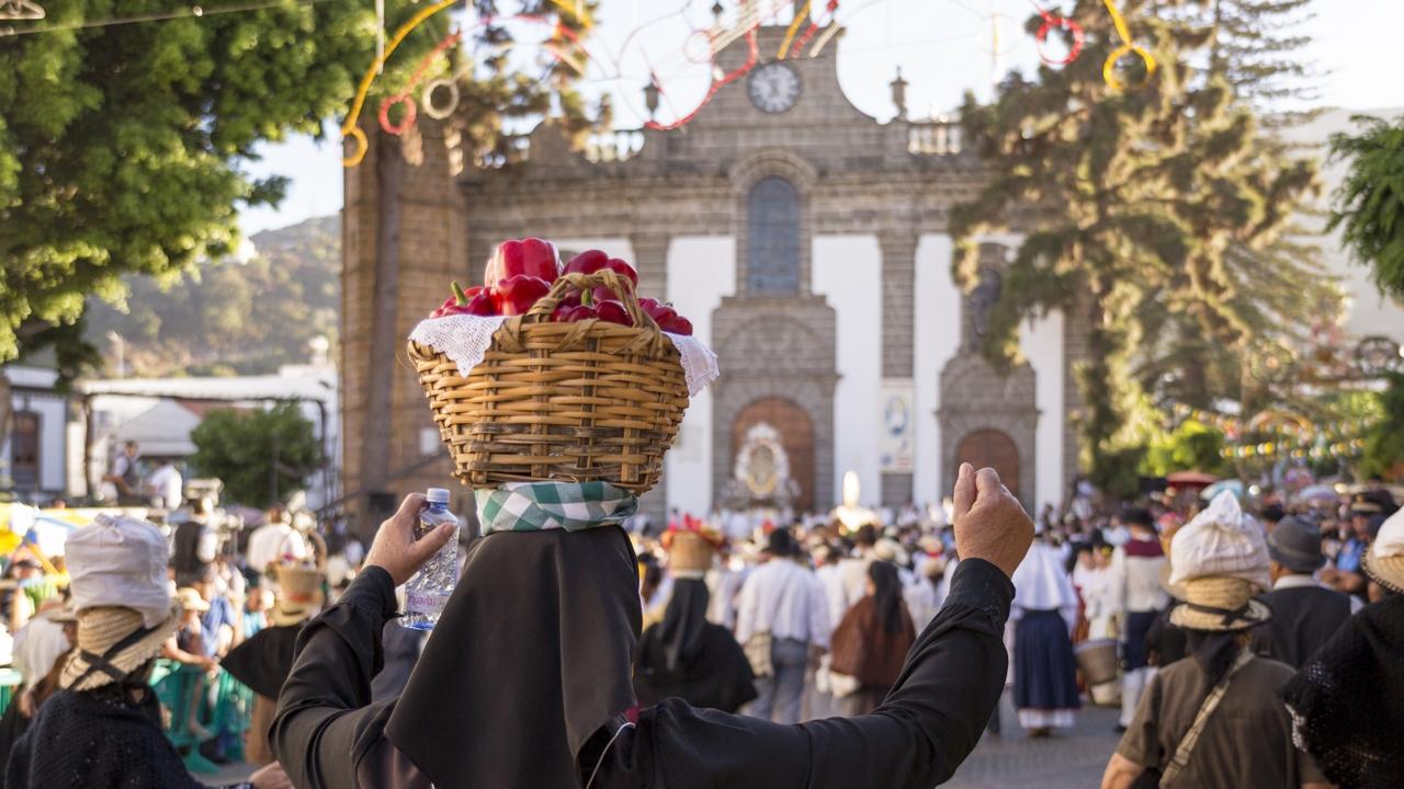 """Wallfahrt und Opfergaben für die Hl. Jungfrau """"Virgen del Pino"""" in Teror"""