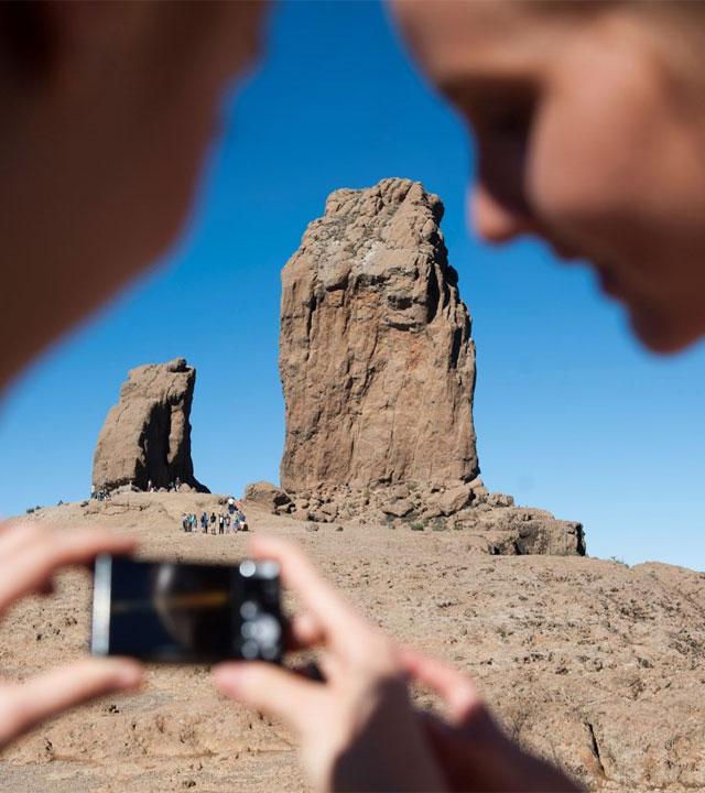Grupo de personas en el Roque Nublo