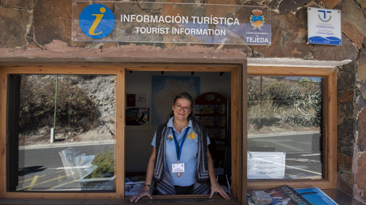 Beatrix, informadora turística de Tejeda en la oficina de turismo del municipio