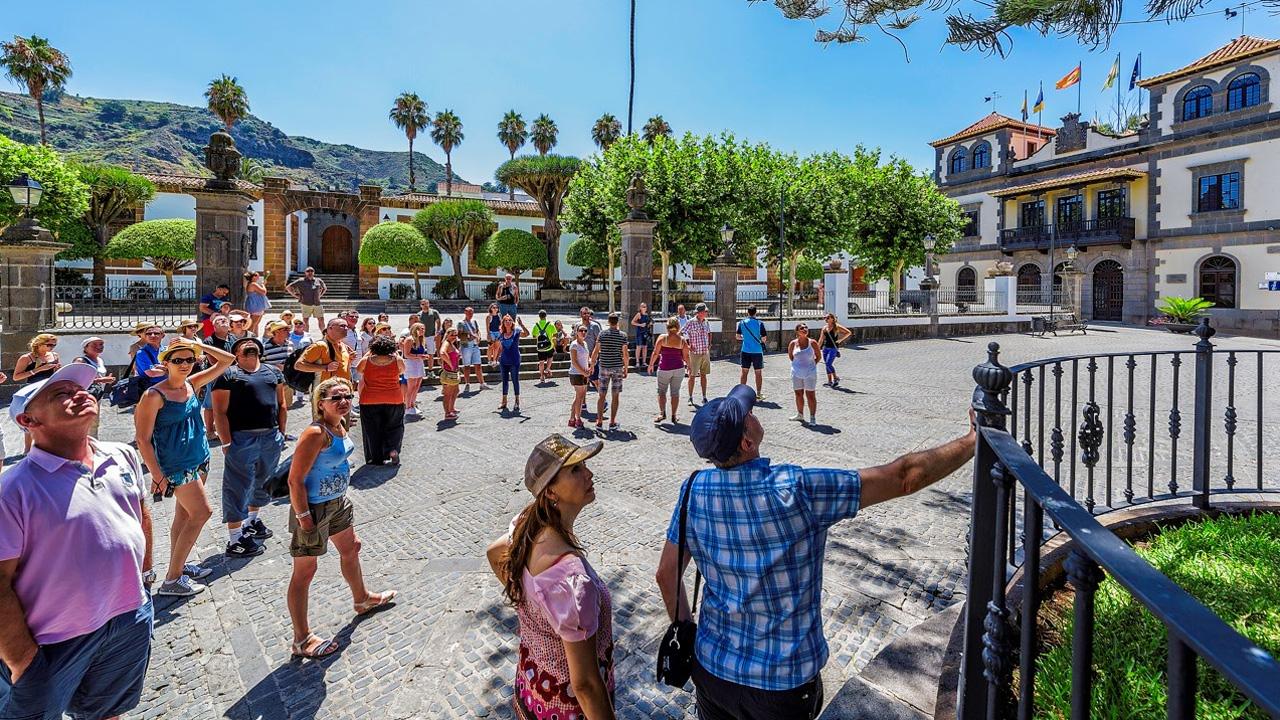Besuchergruppe auf Streifzug durch den historischen Ortskerns von Teror