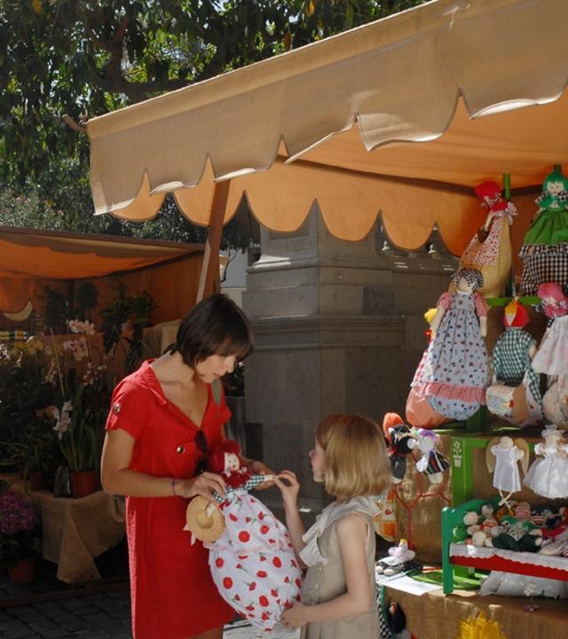 Madre e hija en el Mercadillo de Vegueta, en Las Palmas de Gran Canaria