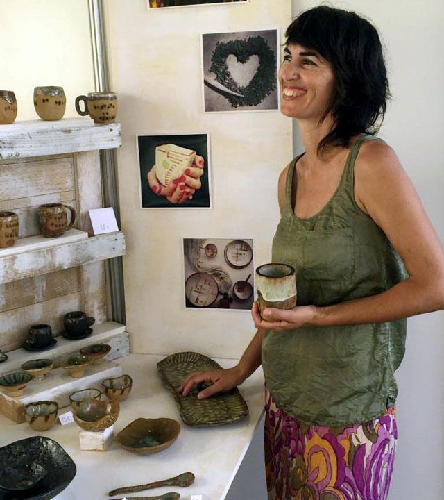Artesana con detalles de su trabajo de artesanía