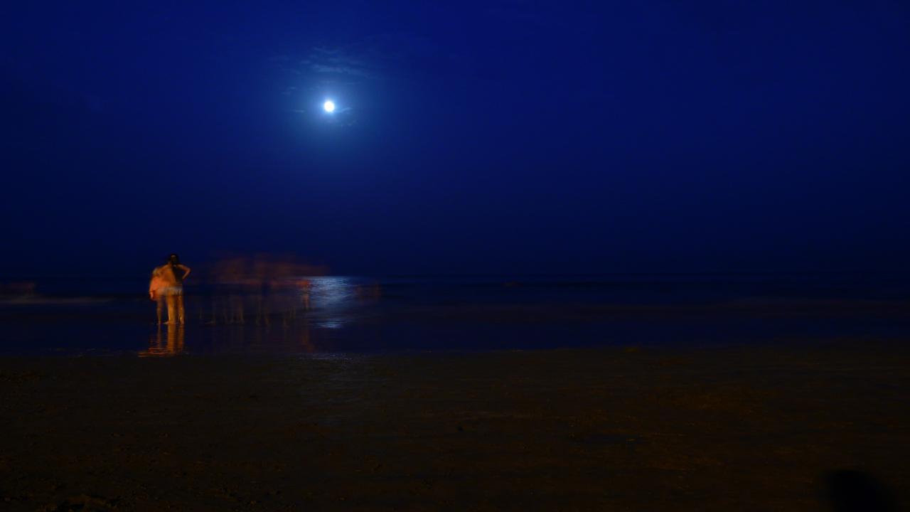 Baño nocturno en la playa de Las Canteras