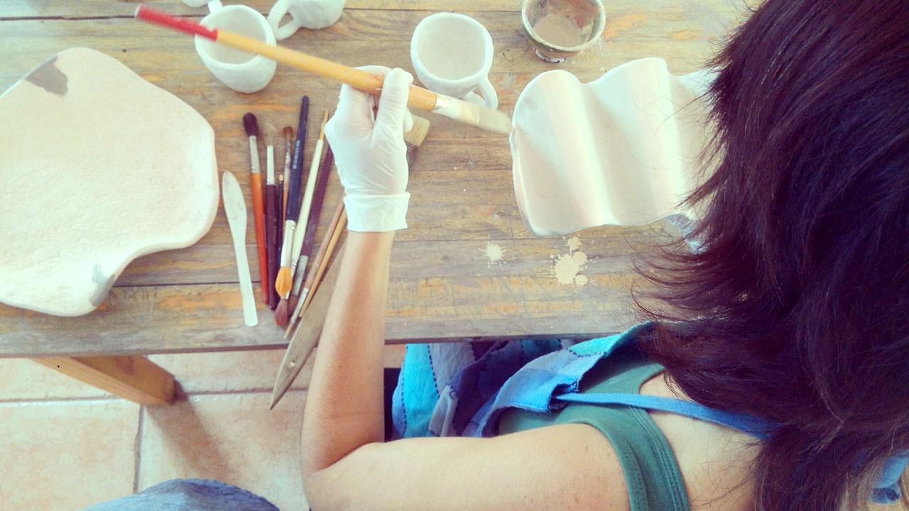 Handwerkerin, die in ihrem Atelier arbeitet