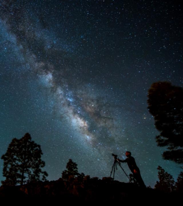 Eine Person beobachtet den Sternenhimmel von Gran Canaria aus