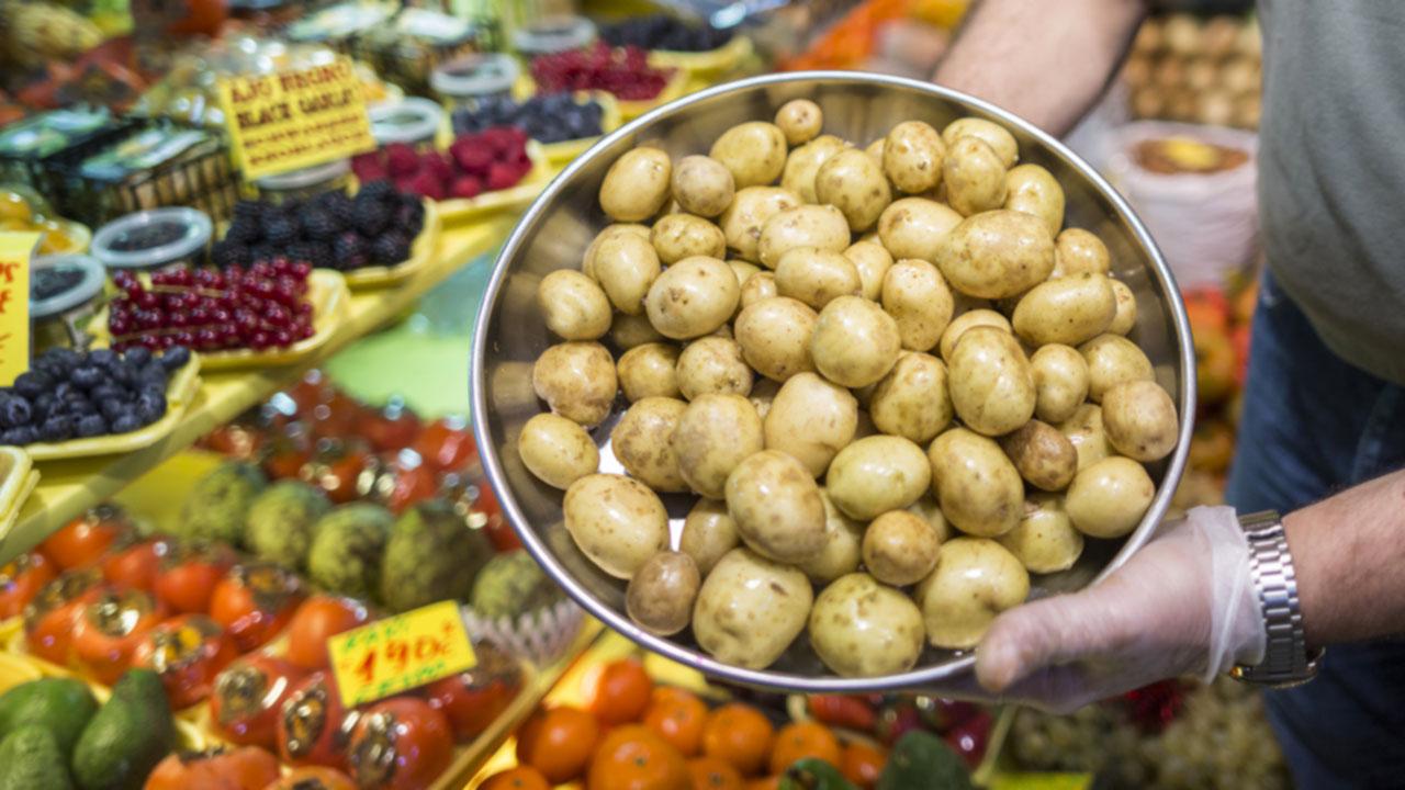 Muestra de papas en un puesto del Mercado de Vegueta