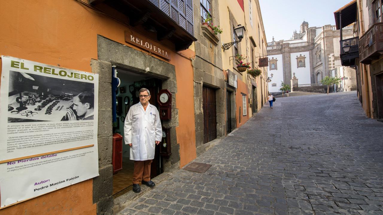 El relojero Pedro Macías en el barrio de Vegueta