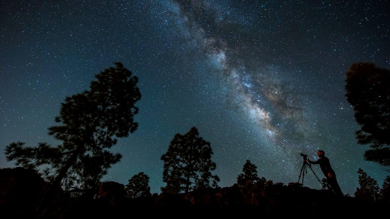 Un fotógrafo realiza imágenes del cielo estrellado desde el Alto del Morro de Santiago