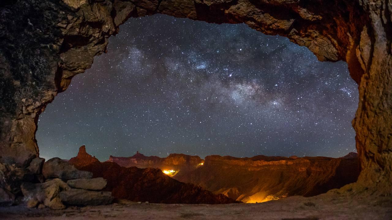 Observación de las Estrellas desde una cueva pintada en Acusa Seca, en Gran Canaria