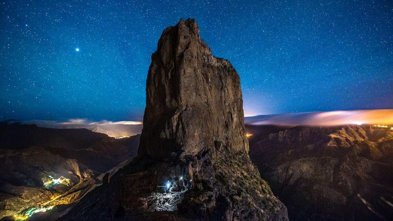 Der Roque Bentayga mit dem Sternenhimmel. Gran Canaria
