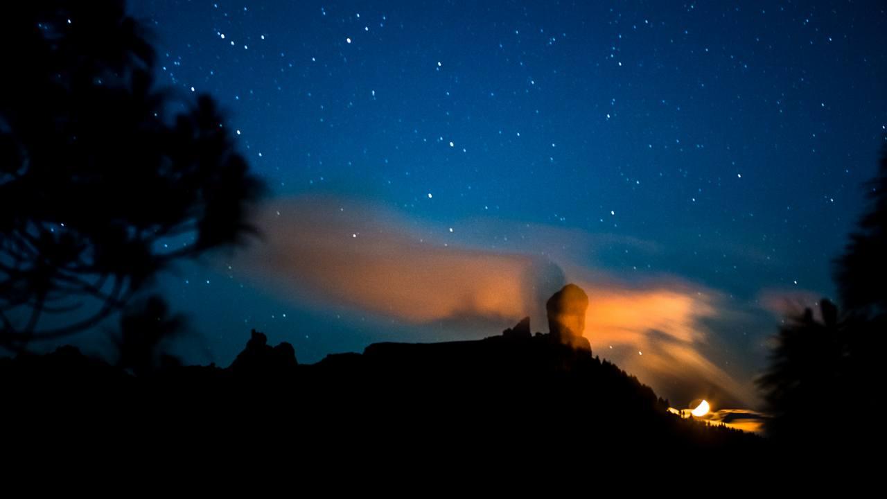 Roque Nublo, su sombra, Luna y cielo estrellado en Gran Canaria