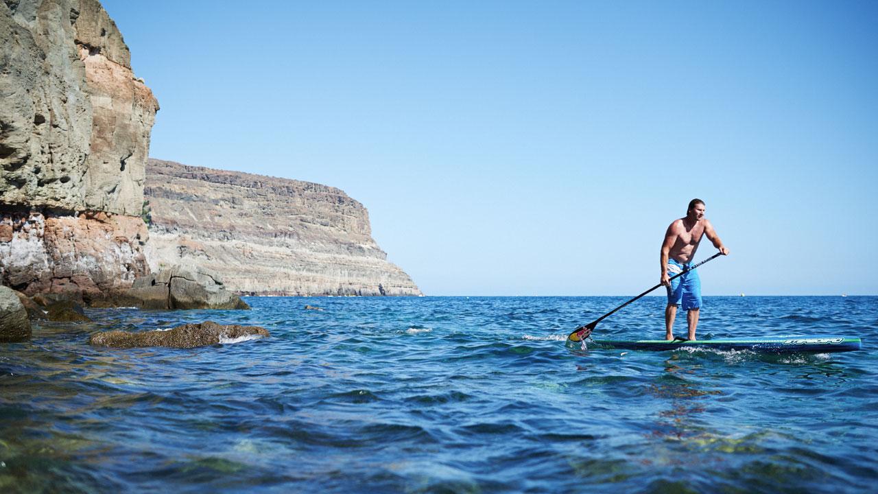 Björn Dunkerbeck practica Stand Up Paddle Surf en Mogán, Gran Canaria
