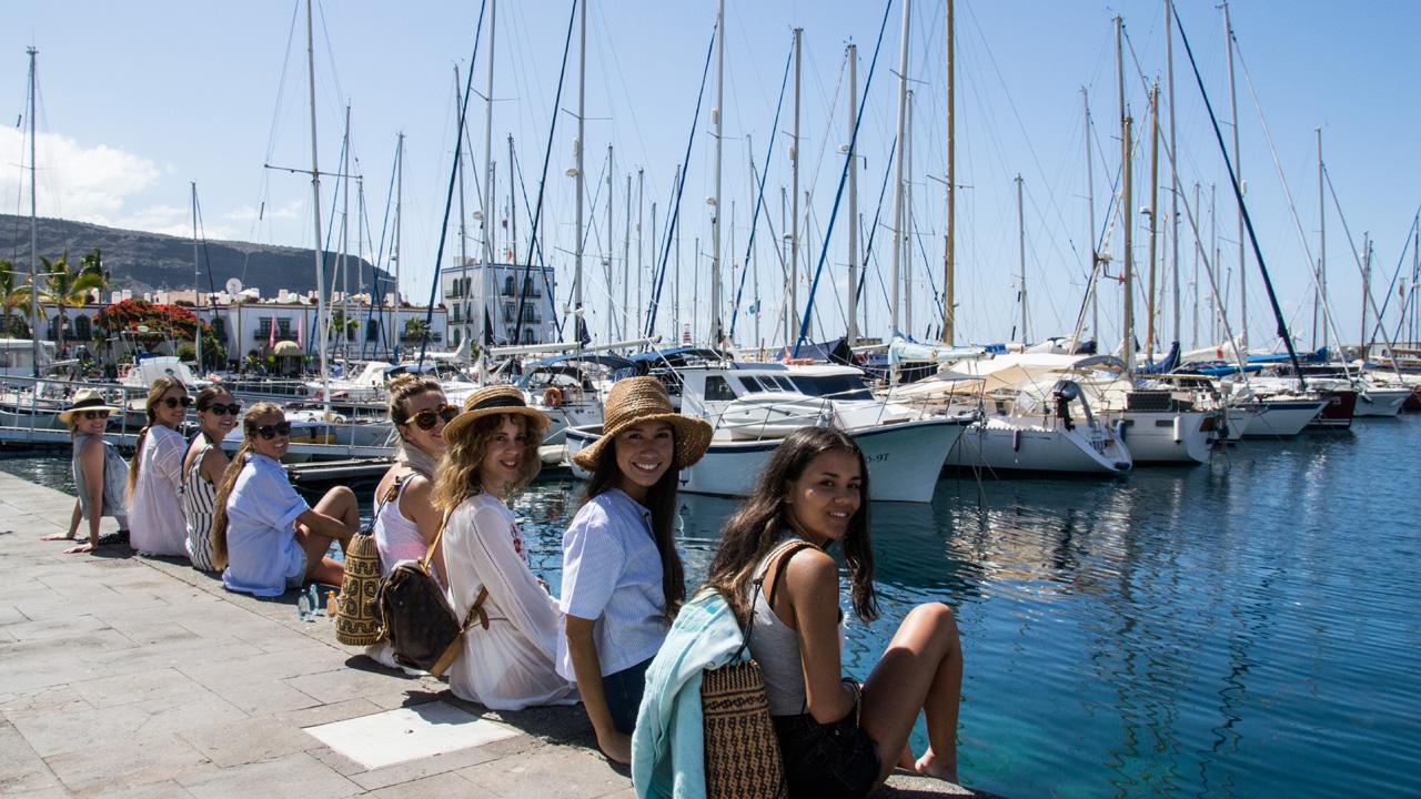 Un grupo de chicas en el Puerto de Mogán, Gran Canaria