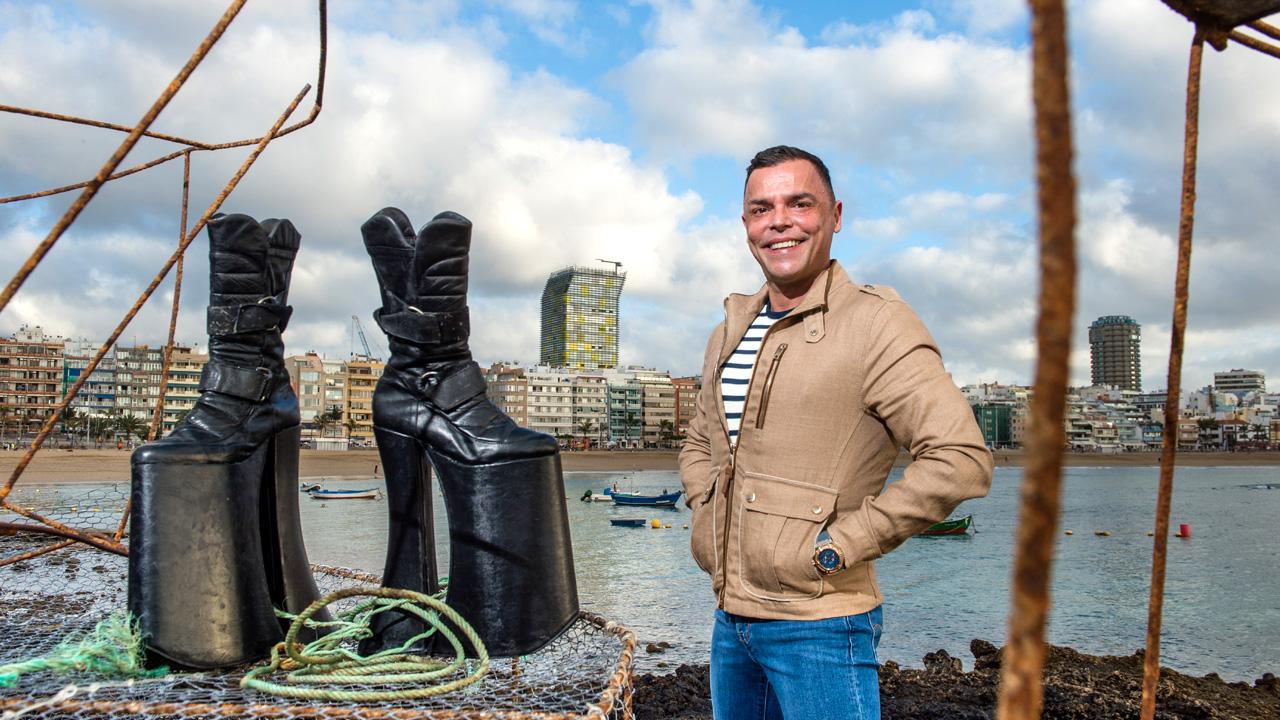 Carlos Menéndez posa junto a sus plataformas de Drag Heaven, en La Puntilla, en la Playa de Las Canteras