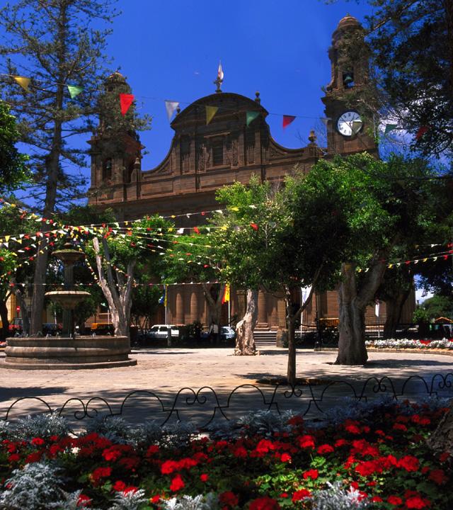 Plaza e Iglesia de Santiago en fiestas. Gáldar, Gran Canaria