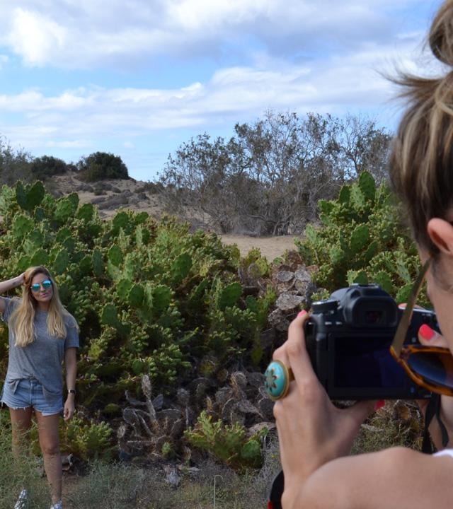 Una chica saca una fotografía a otra en Gran Canaria