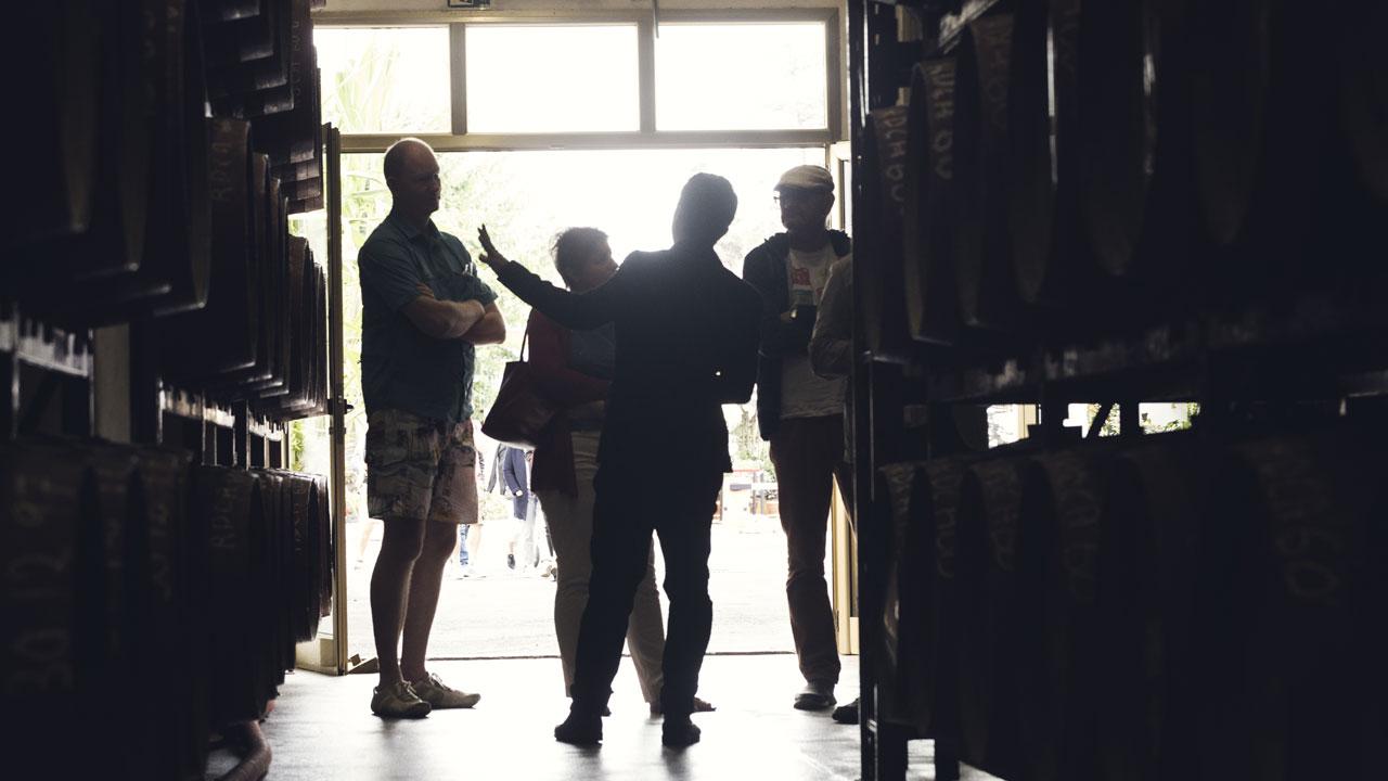Un grupo de personas asiste a una visita guiada en la Bodega Arehucas. Fotografía de Destilerías Arehucas