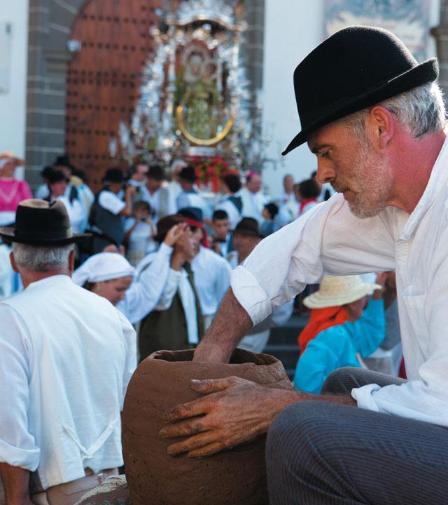 Artesano de la Alfarería en Fiestas del Pino en Teror, Gran Canaria