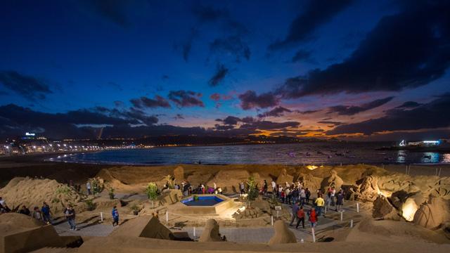 Belén de Arena durante la noche, en la playa de Las Cantera, en la isla de Gran Canaria