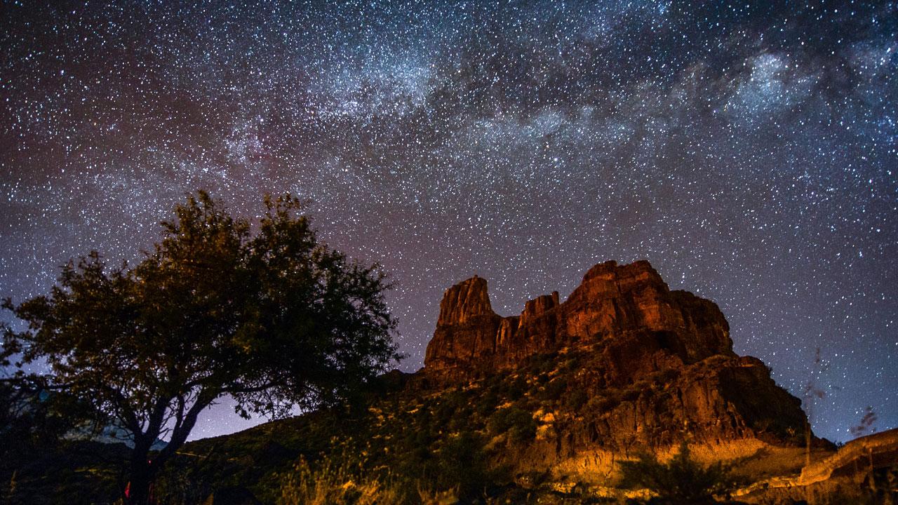 Roque Bentayga con cielo estrellado, en Gran Canaria