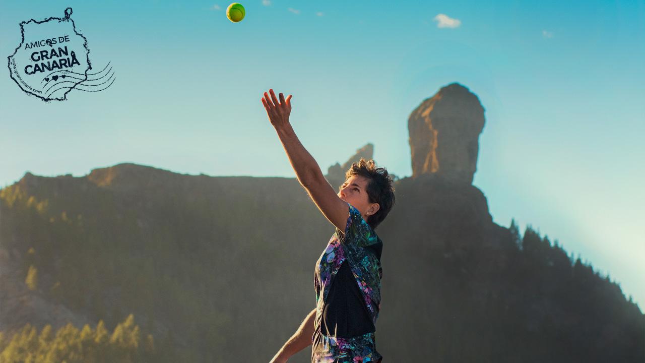 Carla Suárez tenista grancanaria realiza un saque con el Roque Nublo al fondo, en la isla de Gran Canaria