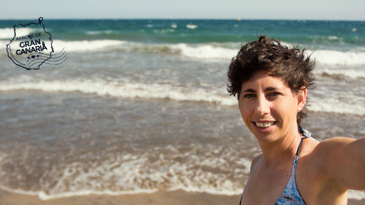 La tenista grancanaria Carla Suárez se hace un selfie en la playa