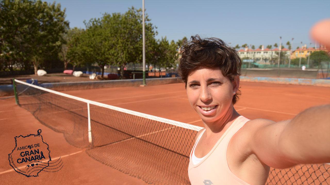 La tenista grancanaria Carla Suárez se hace un selfie en una pista de tenis en Gran Canaria